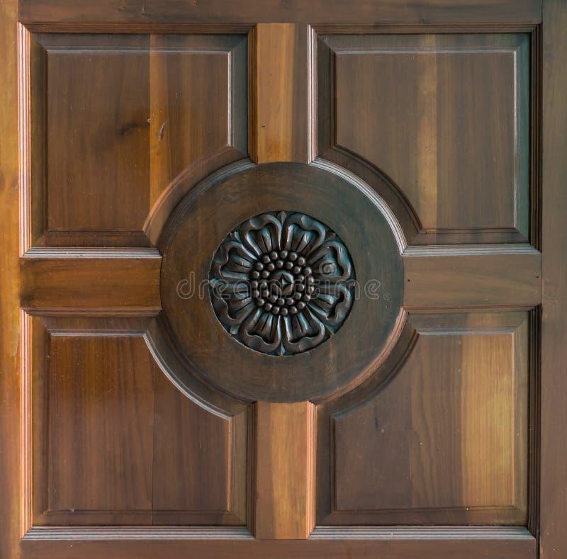 Escultura en puerta de madera de la teca imagenes de archivo