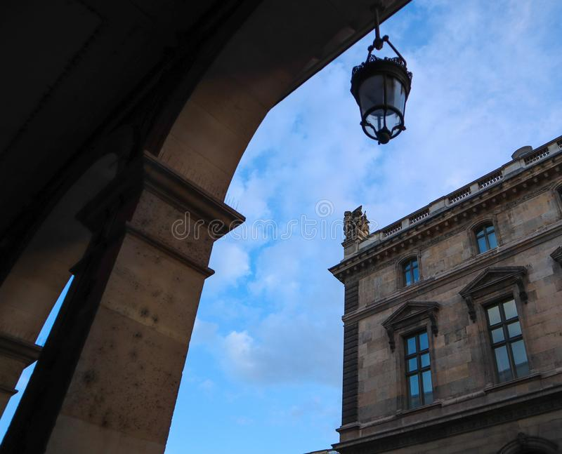 Escultura esplêndida e detalhes arquitetónicos de construções históricas na rua de Paris França em um fundo do céu azul imagem de stock royalty free