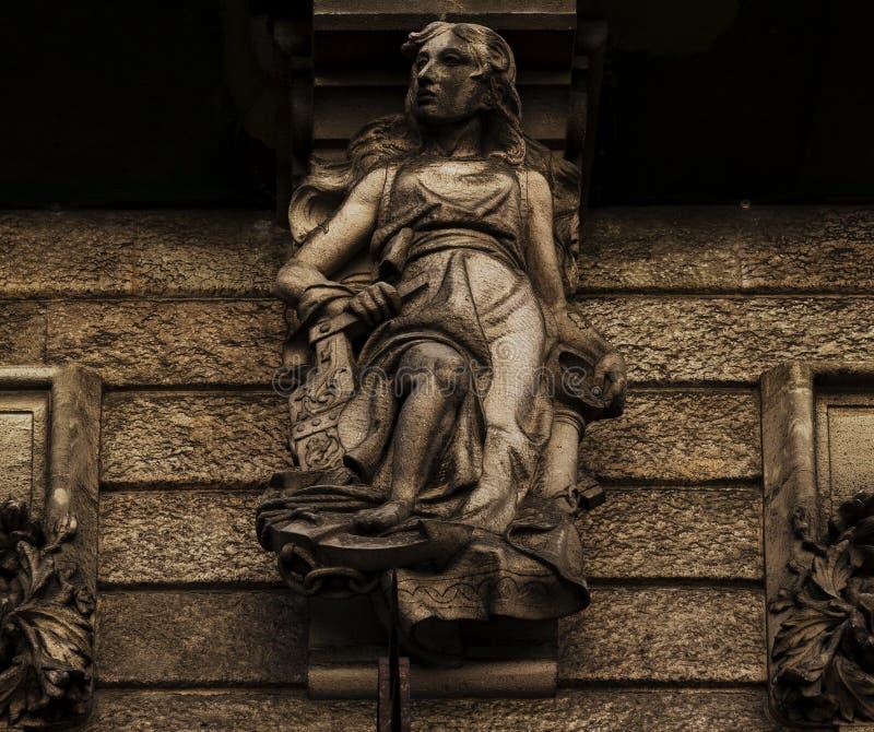 Escultura fêmea na fachada imagem de stock