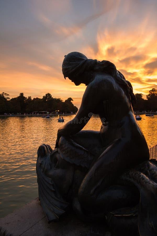 Escultura fêmea no lago do parque de Buen Retiro, Madri fotografia de stock royalty free