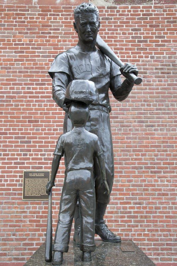 Escultura famosa de la estrella de béisbol en la masa de Fenway Park Boston imágenes de archivo libres de regalías