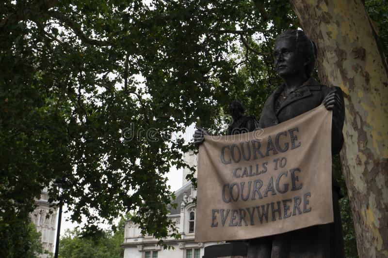 Escultura feminista no centro de Londres fotos de stock