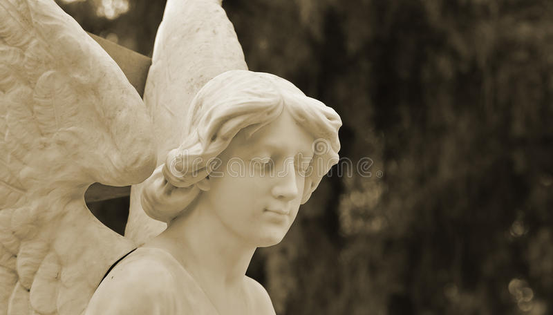 Escultura funerária de um silêncio do anjo imagens de stock royalty free