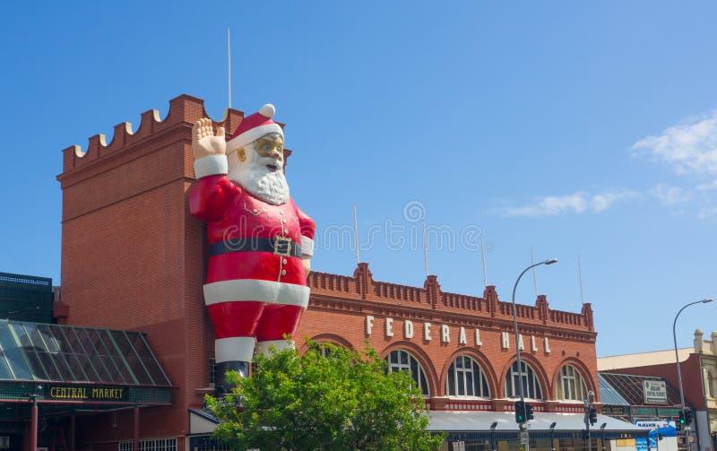 Escultura gigante de Santa Claus unida em uma construção da fachada de Adelaide Central Market, é igualmente uma atração turístic foto de stock