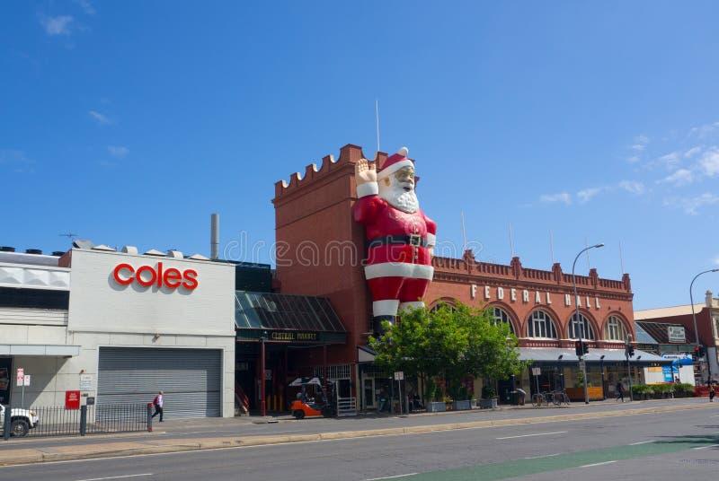 Escultura gigante de Santa Claus unida em uma construção da fachada de Adelaide Central Market, é igualmente uma atração turístic imagem de stock royalty free