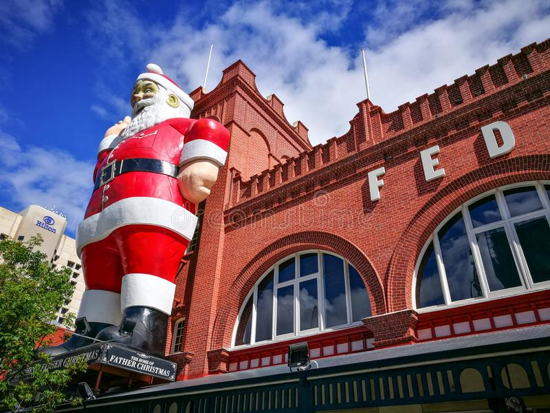 Escultura gigante de Santa Claus unida em uma construção da fachada de Adelaide Central Market, é igualmente uma atração turístic fotos de stock royalty free