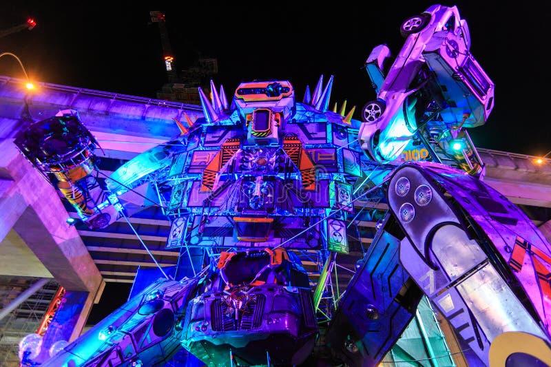 Escultura gigante do robô, iluminada dramaticamente, 'no festival de Sydney vívido ' foto de stock royalty free