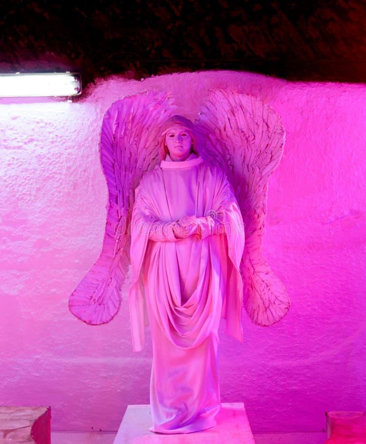 Escultura grande del yeso de un ángel imágenes de archivo libres de regalías