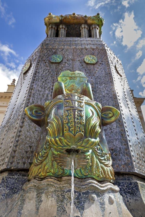 Escultura húngara famosa hermosa de la fuente de una fábrica de Zsolnay en una ciudad vieja Pecs 27 08 Hungría 2018 fotografía de archivo