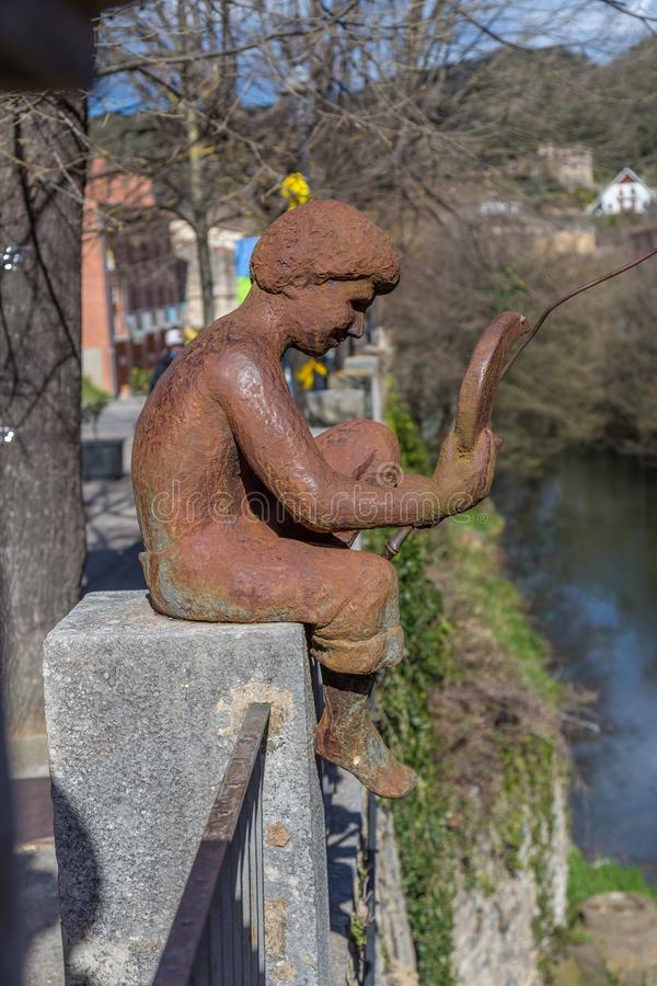 Escultura hermosa del metal en un pequeño pueblo español Sant Feliu de Pallerols en Cataluña fotos de archivo