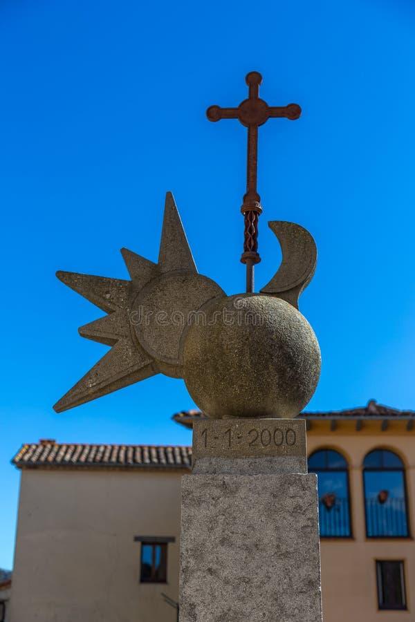 Escultura hermosa en una pequeña guarida española Bas de Sant Esteve del pueblo en Cataluña imagenes de archivo