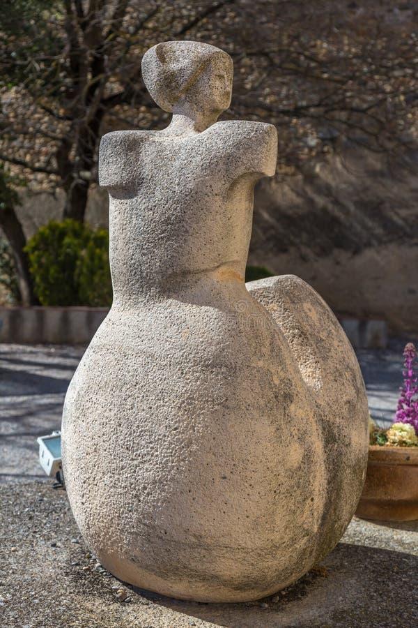 Escultura hermosa en una pequeña guarida española Bas de Sant Esteve del pueblo en Cataluña fotos de archivo