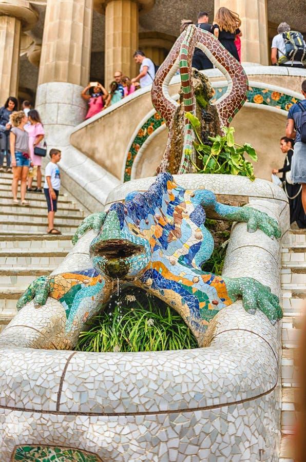 A escultura icónica do dragão no parque Guell, Barcelona, Catalonia, imagens de stock