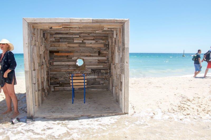 Escultura interativa de madeira rústica da visão do oceano fotos de stock royalty free