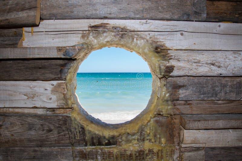 Escultura interativa de madeira rústica da visão do oceano fotografia de stock