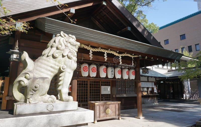 Escultura japonesa do leão na frente do santuário no templo Hida Ko imagens de stock
