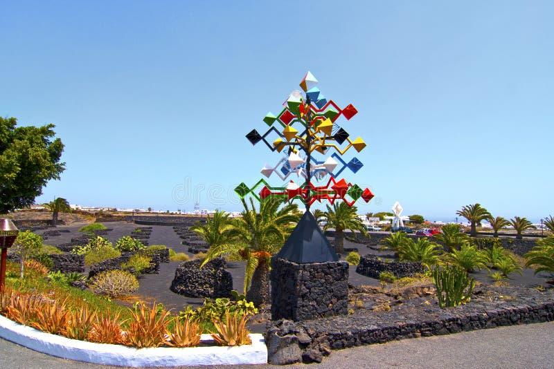 Escultura móvel na frente da fundação de Manrique em Lanzarote fotos de stock royalty free