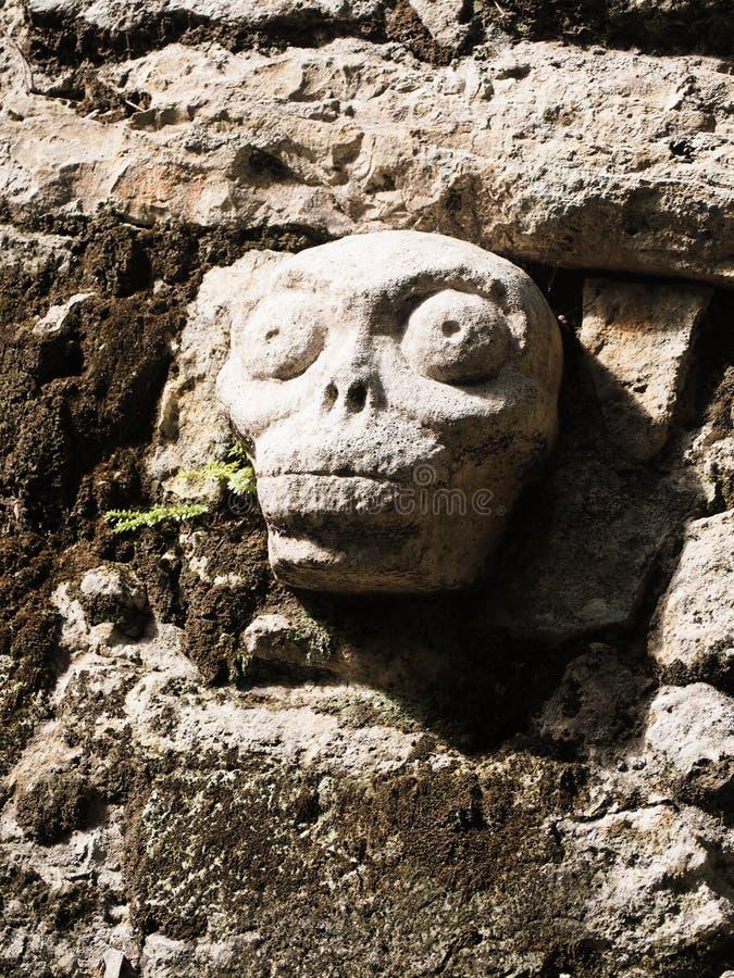Escultura maia da pedra do crânio fotos de stock royalty free