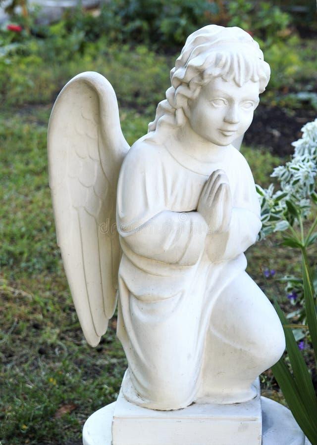 Escultura maravillosa de un ángel del rezo arquitectura, estatua, arquetipo, religión, imagen de archivo libre de regalías