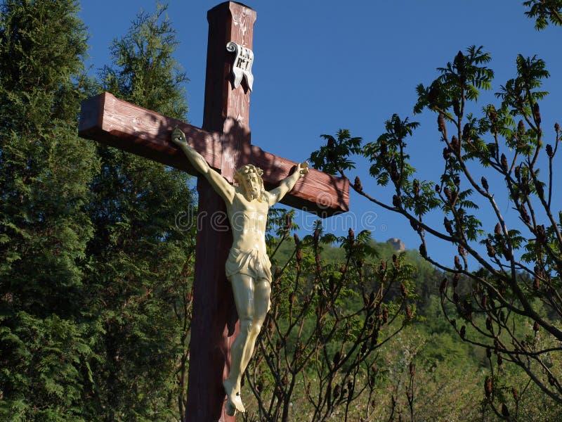 Escultura medieval Jesus para cristãos na cruz mas no indicat foto de stock