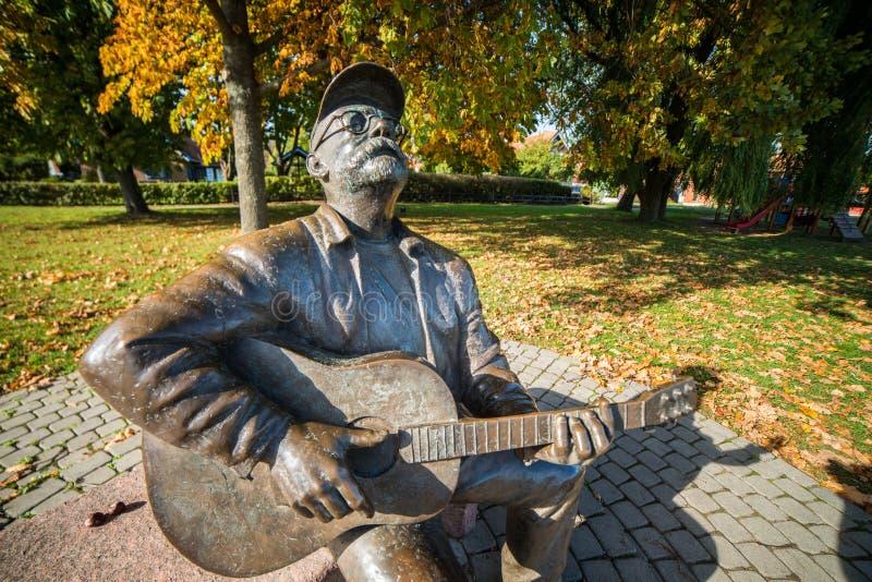 Escultura memorável de Vytautas Kernagis em Nida, Lituânia foto de stock royalty free