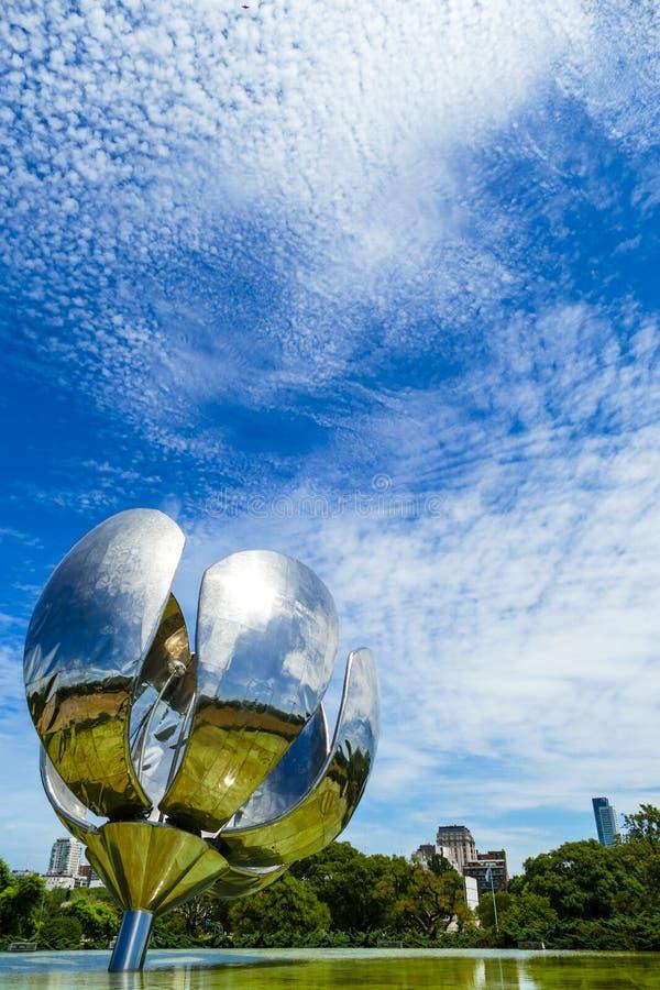 Escultura metálica da flor foto de stock royalty free