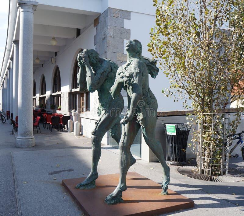 Escultura moderna de Adán y de Eva, Ljubljana imagen de archivo