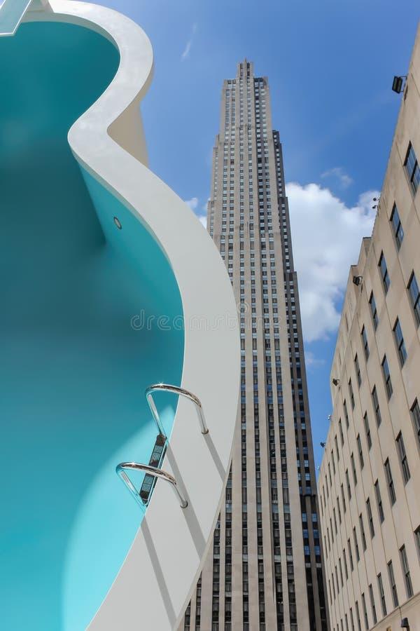 Escultura moderna de la piscina del arte de la calle en Nueva York fotos de archivo libres de regalías