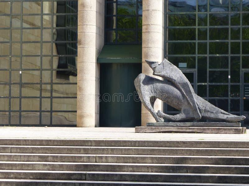 Escultura moderna de Marino Marini na frente do Pinakothek novo em Munich germany imagem de stock
