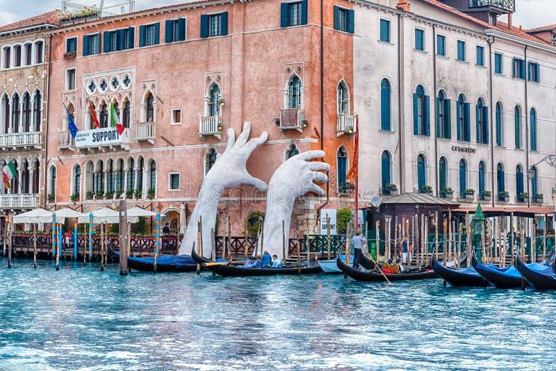 Escultura monumental cênico em Grand Canal de Veneza, Itália imagem de stock