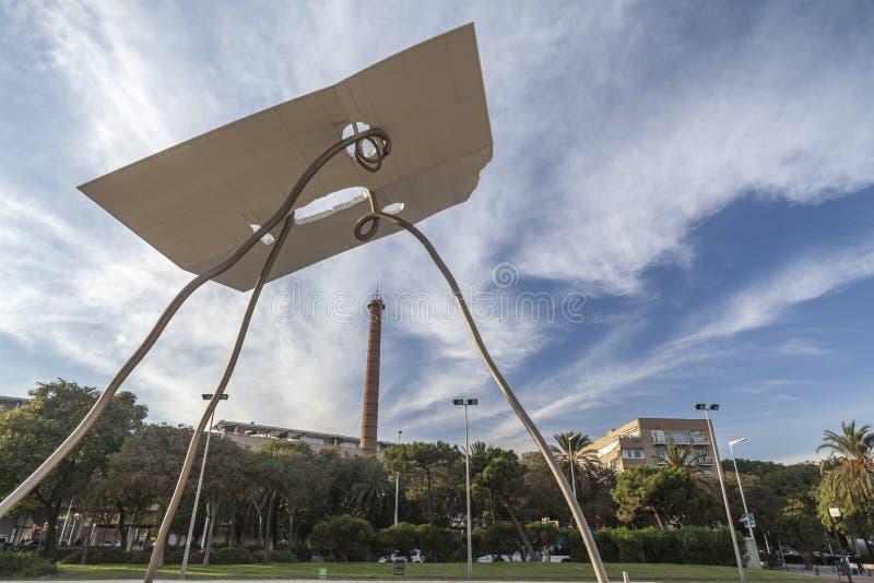 Escultura monumental, David y Goliat, por Antoni Llena, ao lado do porto olímpico, Barcelona fotos de stock royalty free