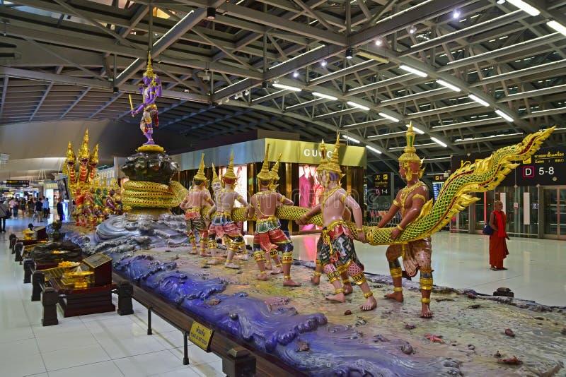Escultura monumental en el aeropuerto de Suvarnabhumi imagenes de archivo