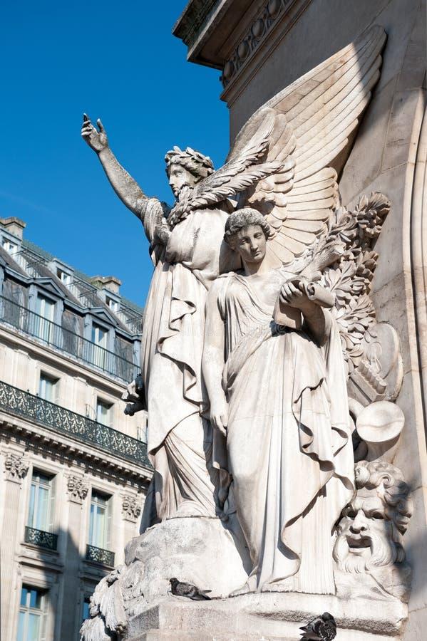 Escultura na fachada do teatro da ópera de Paris fotos de stock