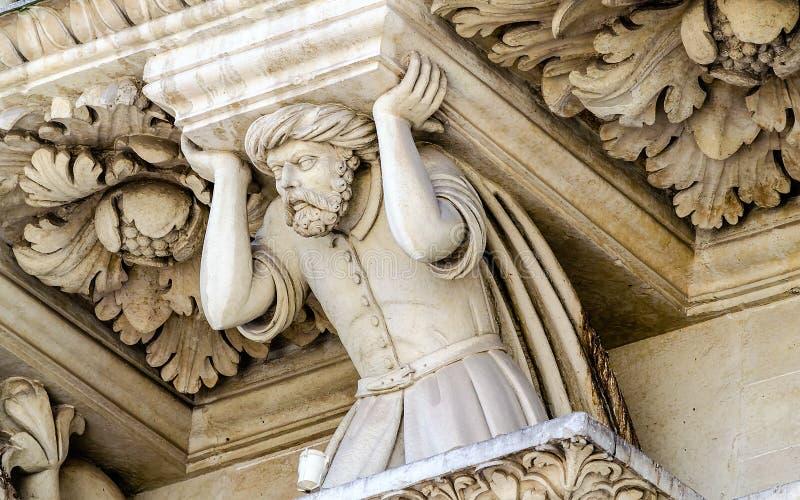 Escultura na igreja da fachada transversal santamente, Lecce imagem de stock royalty free