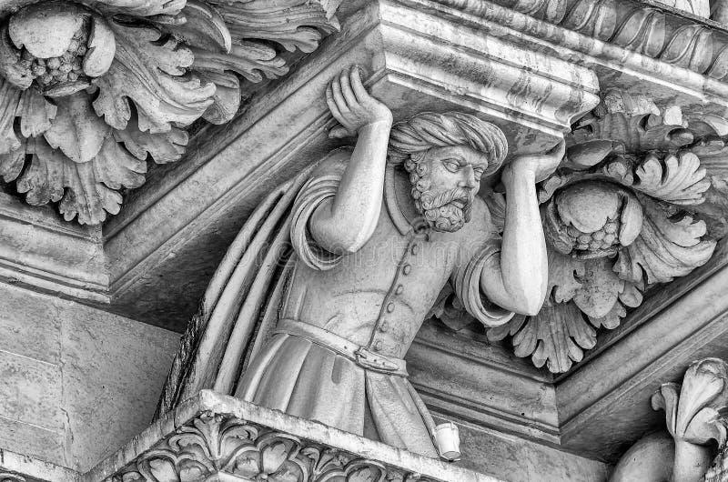 Escultura na igreja da fachada transversal santamente, Lecce imagem de stock