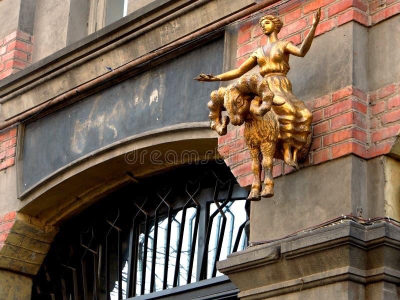 A escultura na menina de Tbilisi que monta RAM est? para fora da parede foto de stock