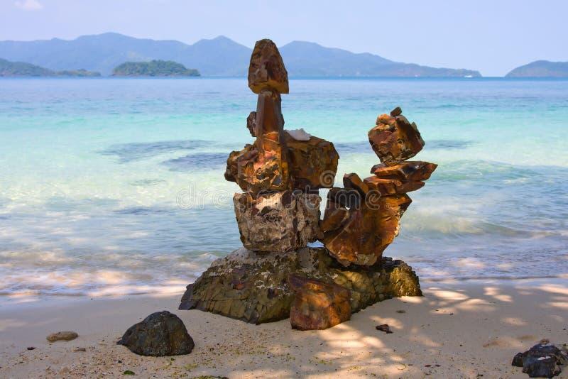 Escultura na pedra na praia foto de stock