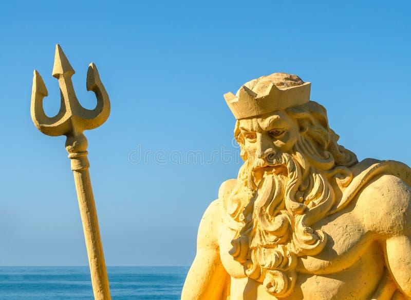 Escultura Netuno contra o mar imagens de stock