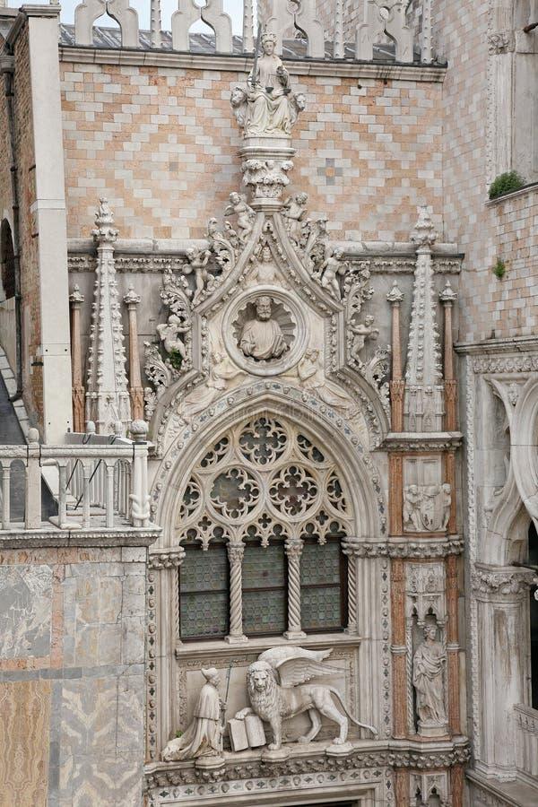 Escultura no della Carta de Porta dos doges palácio, Veneza - Itália fotos de stock royalty free