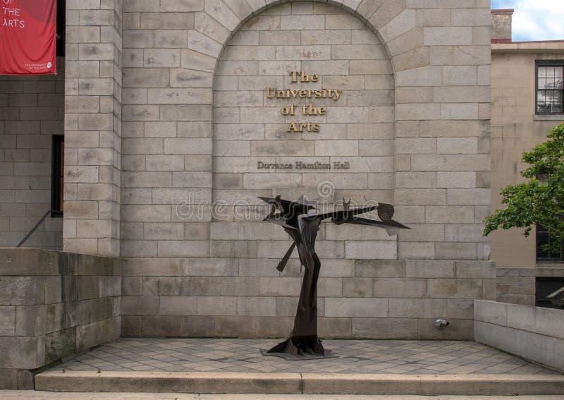 Escultura no identificada del estudiante del hierro en la universidad de los artes, Philadelphia, Pennsylvania imagen de archivo libre de regalías