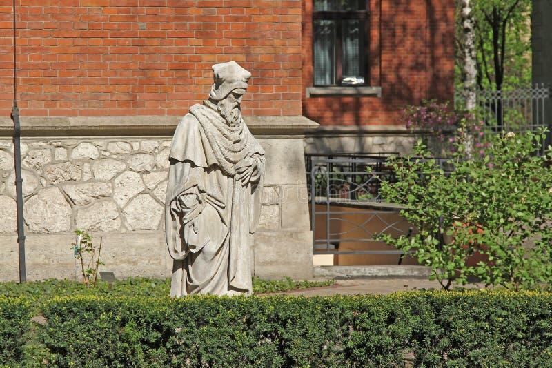 Escultura no pátio da universidade de Jagiellonian, Krako fotos de stock