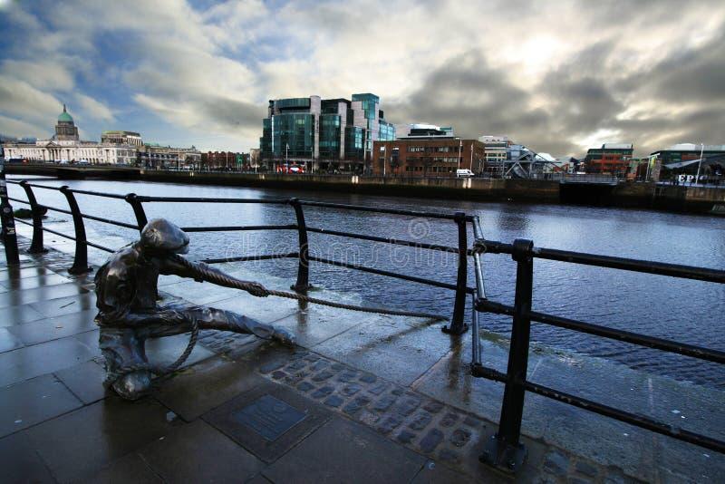 Escultura no rio Liffey fotografia de stock
