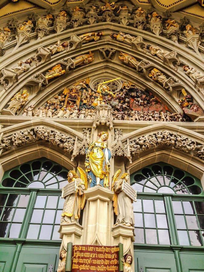 Escultura notable, el juicio pasado, tallado sobre la entrada principal de St Vincent Cathedral Munster Kirche en Munsterplatz imágenes de archivo libres de regalías