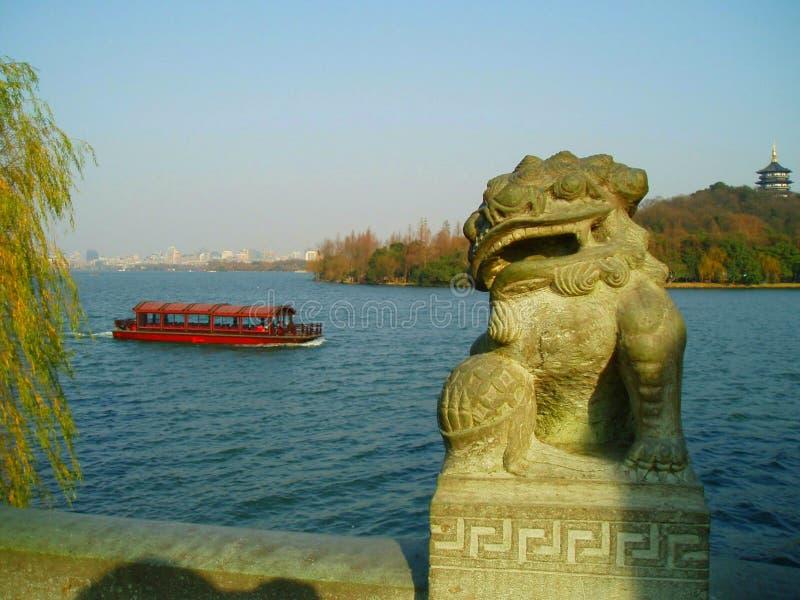 Escultura oriental con el barco y la ciudad foto de archivo libre de regalías