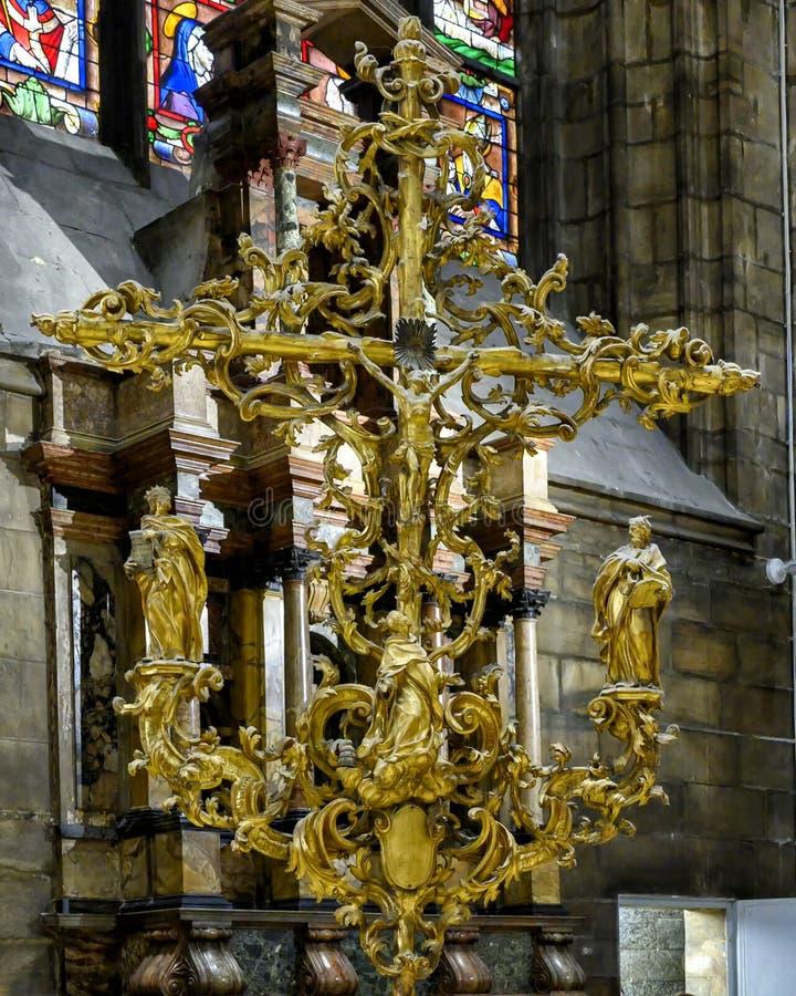 Escultura ornamentado Jesus Christ do ouro na cruz dentro de Milan Cathedral, a igreja da catedral de Milão, Lombardy, Itália imagens de stock royalty free