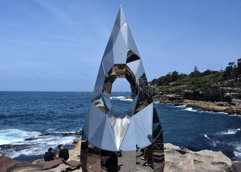 Escultura pelo mar ao longo do Bondi à caminhada litoral de Coogee fotos de stock royalty free