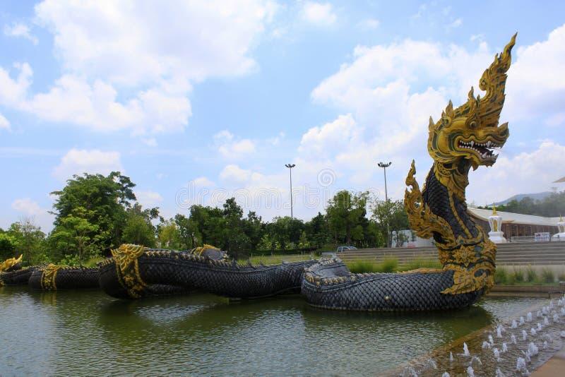 Escultura poderosa larga del dragón cerca de la entrada del templo budista en la prohibición Nong Chaeng, Phetchabun, Tailandia fotos de archivo