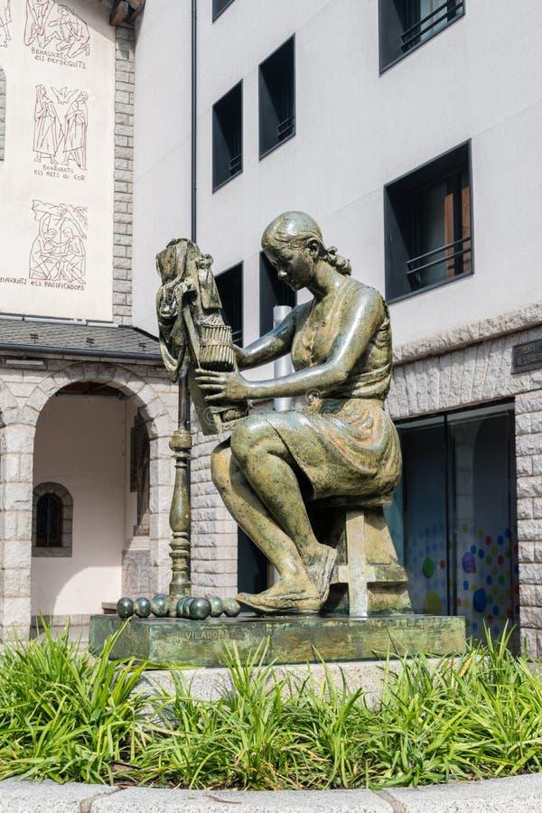 Escultura por J Viladomat delante de la iglesia parroquial de Sant Pere Martir Escaldes-Engordany imagen de archivo