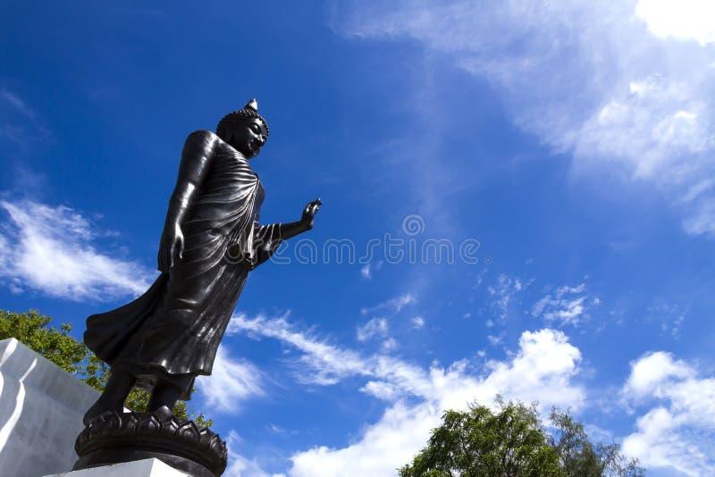 Escultura preta com céu azul imagem de stock royalty free