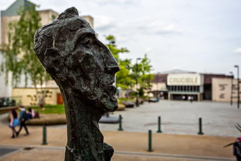Escultura principal na frente do cadinho em Sheffield fotografia de stock royalty free